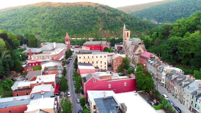 la vista panoramica aerea della piccola città di montagna jim thorpe (mauch chunk) a poconos, pennsylvania. il filmato del drone con il movimento della fotocamera in discesa all'indietro. - monti appalachi video stock e b–roll