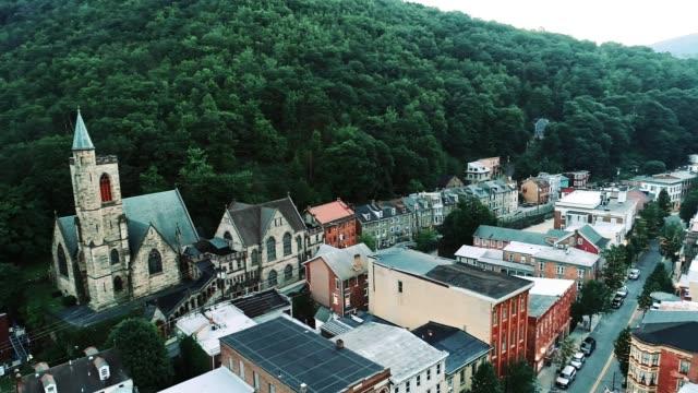 la vista panoramica aerea della piccola città di montagna jim thorpe (mauch chunk) a poconos, pennsylvania - monti appalachi video stock e b–roll