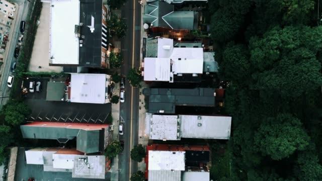 die panorama malerische luftaufnahme des kleinen bergstadt jim thorpe (mauch chunk) in poconos, pennsylvania. das filmmaterial direkt über drohne mit der panorama-kamera bewegt sich entlang der straße - pennsylvania stock-videos und b-roll-filmmaterial