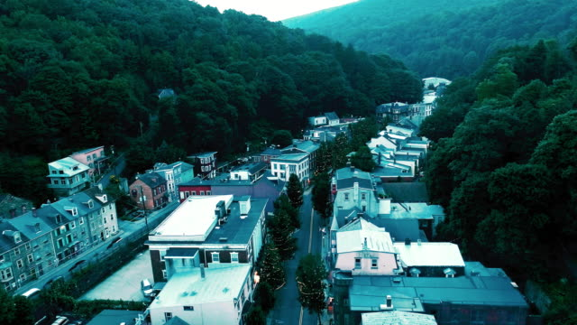 the aerial panoramic scenic view of the small mountain city jim thorpe (mauch chunk)  in poconos, pennsylvania. the drone footage with the accelerated forward camera motion - городской ландшафт небольшой город стоковые видео и кадры b-roll