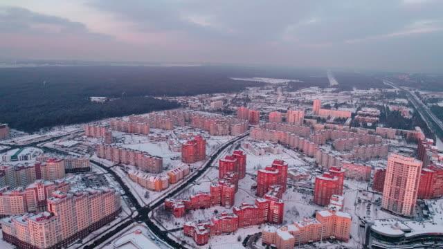 das luftbild panorama auf einem wohnquartier mit mehrstöckigen wohnblocks in der großstadt. rückwärts kamerabewegung. - weißrussland stock-videos und b-roll-filmmaterial
