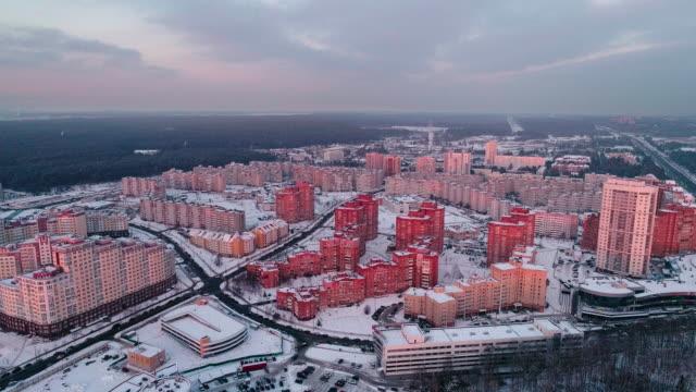 das luftbild panorama auf einem wohnquartier mit mehrstöckigen wohnblocks in der großstadt. absteigende bewegung der kamera - weißrussland stock-videos und b-roll-filmmaterial