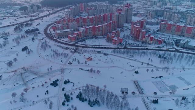 das luftbild panorama auf einem wohnquartier mit mehrstöckigen wohnblocks in der großstadt. panoramakamera aufwärts bewegung - weißrussland stock-videos und b-roll-filmmaterial