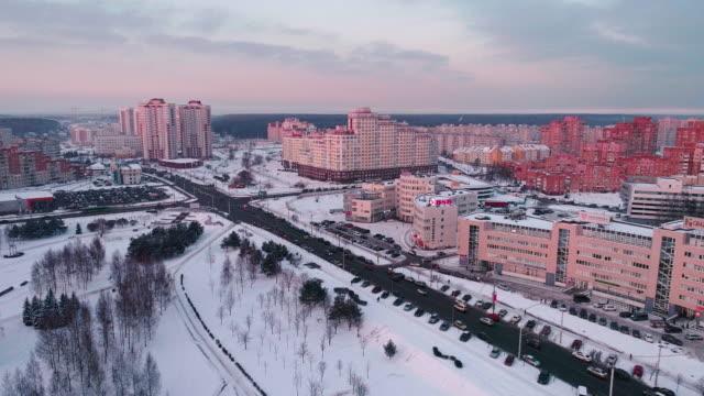 das panorama luftbild auf einem wohnquartier mit mehrstöckigen wohnblocks in der großstadt - weißrussland stock-videos und b-roll-filmmaterial