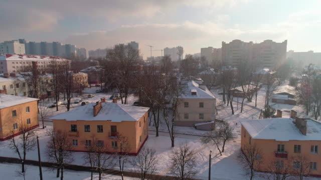 das luftbild panorama auf die winter-stadt fallenden schnee in der kalten sonnigen tag. - weißrussland stock-videos und b-roll-filmmaterial