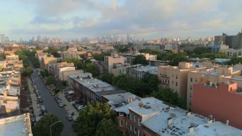 vídeos y material grabado en eventos de stock de la vista panorámica remota aérea desde brooklyn, sobre el distrito residencial, hacia manhattan. movimiento panorámico de la cámara. - paisaje urbano