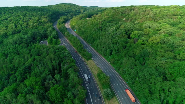 the aerial scenic view of the  christopher columbus highway in new jersey, near by delaware water gap. - горы поконо стоковые видео и кадры b-roll