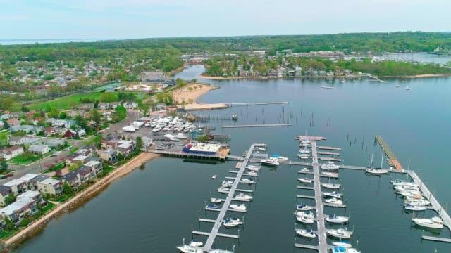 vídeos de stock, filmes e b-roll de a vista aérea panorâmica na marina de port washington, long island, nova iorque, eua - marina