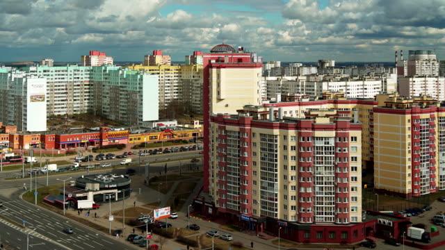 die malerische luftaufnahme zu einem wohnquartier der stadt minsk, belarus. - weißrussland stock-videos und b-roll-filmmaterial