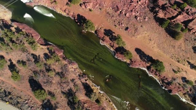 die oberen luftaufnahme des arkansas river, colorado, usa - erodiert stock-videos und b-roll-filmmaterial