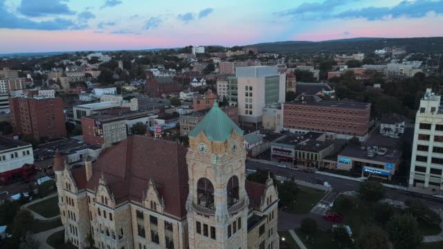 la vista aerea del lackawanna county courthouse e del downtown district di scranton al tramonto. pennsylvania, stati uniti. video drone aereo con il movimento della telecamera orbita. - monti appalachi video stock e b–roll