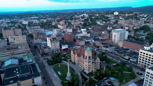die luftaufnahme des lackawanna county courthouse square mit soldiers and sailors monument, electric building und downtown district of scranton bei sonnenuntergang. pennsylvania, usa. luft-drohnen-video mit der vorwärts-kamera-bewegung. - filmmusik stock-videos und b-roll-filmmaterial