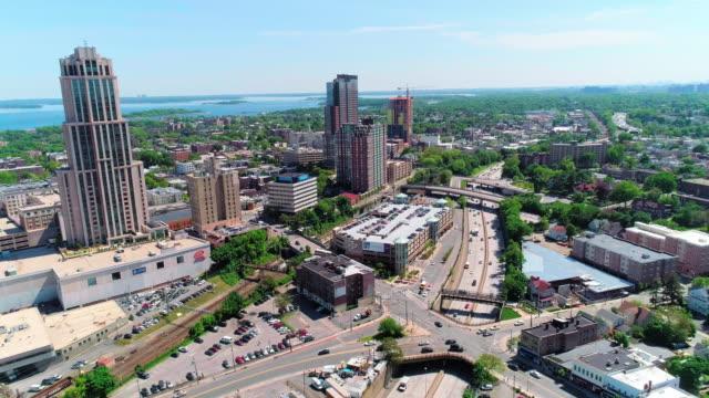 ダウンタウンのニュー ロシェル、ウエストチェ スター郡、ニューヨークの摩天楼の空中写真 - 州間高速道路点の映像素材/bロール