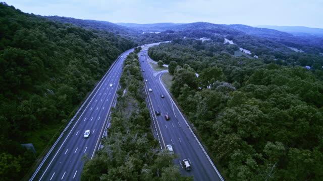 la vista aerea della christopher columbus highway, us-80, new jersey, usa - monti appalachi video stock e b–roll