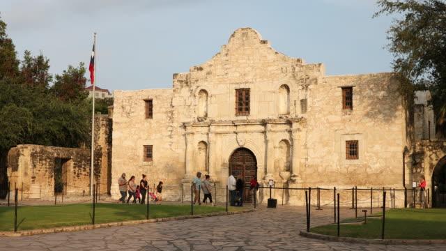 the alamo in san antonio, texas, usa - san antonio texas stock videos & royalty-free footage