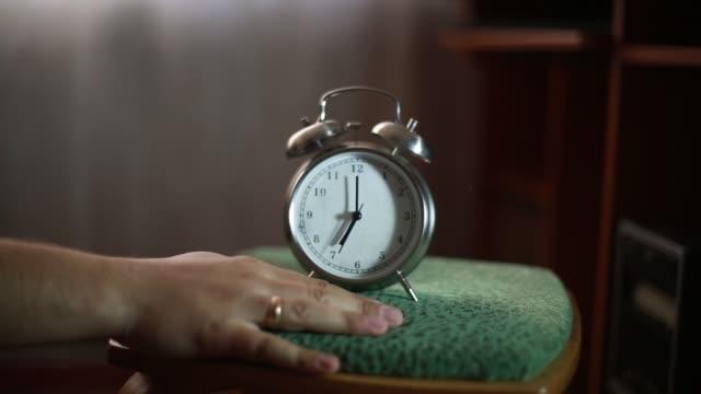 larmet ringer tidigt på morgonen - alarm clock bildbanksvideor och videomaterial från bakom kulisserna