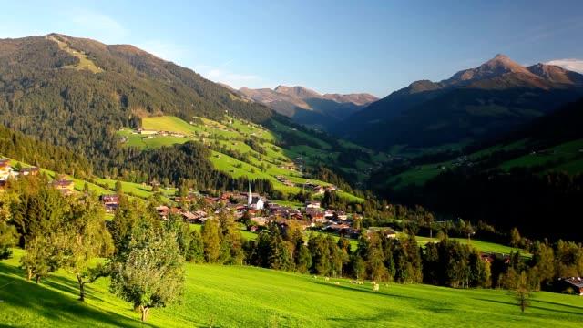 アルプバッハとアルプバッハの高山村(アルプバッハ渓谷) - チロル州点の映像素材/bロール