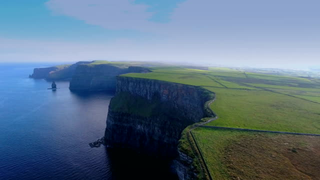 the amazing view of the cliffs of moher in ireland - stan naturalny filmów i materiałów b-roll