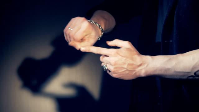 vidéos et rushes de l'apparition et la disparition d'un dianond dans les mains du magicien. - charmeur