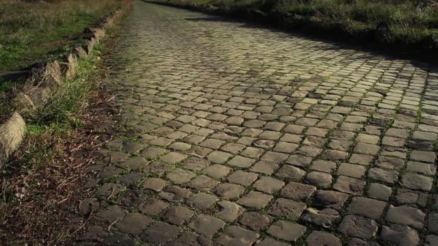 il appian way a roma, o via appia antica - stile classico romano video stock e b–roll