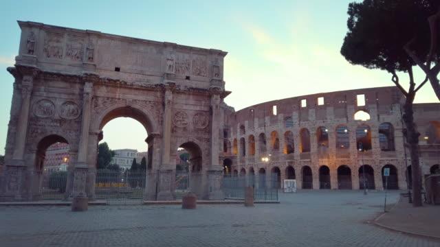 vidéos et rushes de l'arche de constantin et colisée à rome, italie - rome