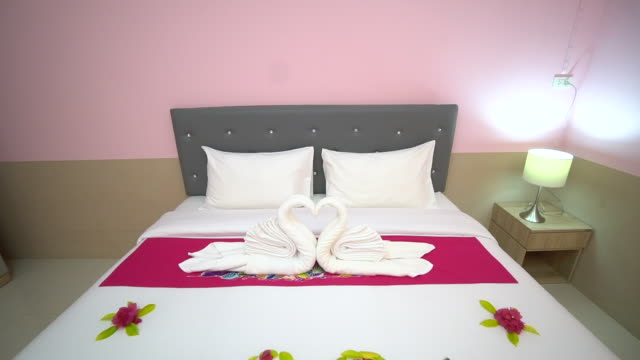 The arrangement of the bed in the hotel to support the customers with exquisite meticulousness.