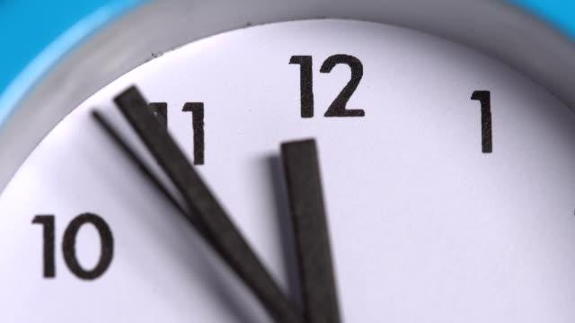 vídeos y material grabado en eventos de stock de las flechas en el reloj. close-up - ornamentado