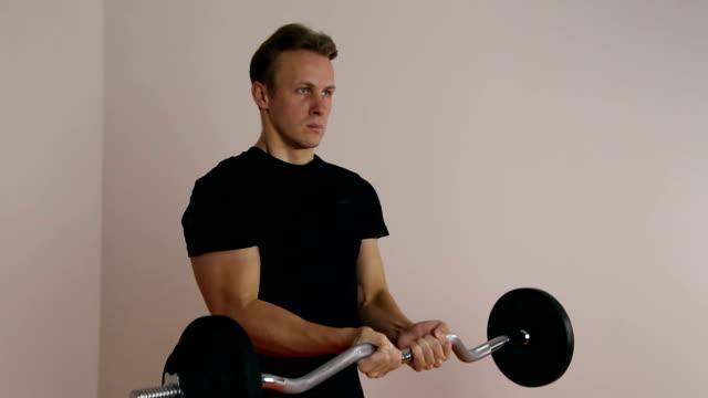 競技者は、バーベルを持ち上げる - 人の筋肉点の映像素材/bロール