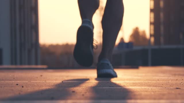 der athlet am morgen joggen. zeitlupe - morgen stock-videos und b-roll-filmmaterial