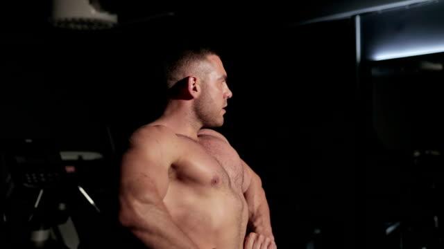 der athlet zeigt seine muskeln - sportchampion stock-videos und b-roll-filmmaterial
