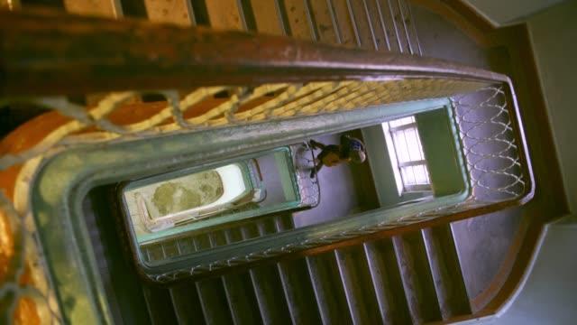 古い建物にアンティークの階段で魅力的な女性 - ステップ点の映像素材/bロール