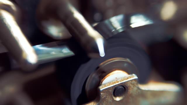l'audio registratore meccanismo è spalancate la cassetta nastro audio - mangianastri video stock e b–roll