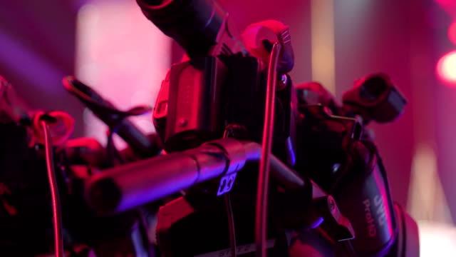 stockvideo's en b-roll-footage met de achterzijde van de camera voor het team van de omroep in de kamer - kampioenschap