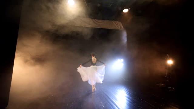 ballerinan flyger runt, stående på pointe skor. slow motion. hd. - på tå bildbanksvideor och videomaterial från bakom kulisserna