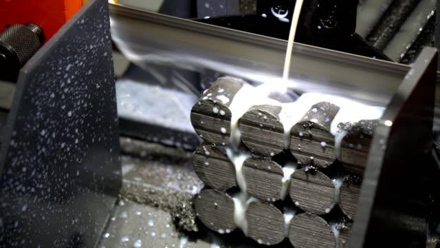 die bandsäge maschine schneiden die rohstoff-stangen. - bandsäge stock-videos und b-roll-filmmaterial