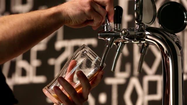 bartendern häller ett mörkt öl i glas närbild - flod vatten brygga bildbanksvideor och videomaterial från bakom kulisserna