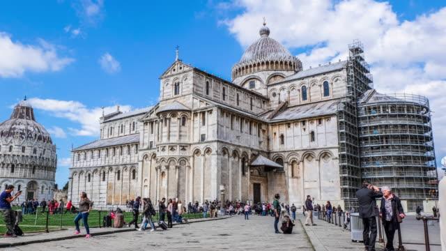 vídeos de stock, filmes e b-roll de 4 k de tempo (time-lapse) e pisa, itália-circa de março de 2015 : a basílica, o batistério e a torre inclinada de pisa, os turistas estão andando na rua em luz do dia - característica arquitetônica