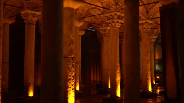 vídeos de stock e filmes b-roll de the basilica cistern - cisterna basilica - yerebatan sarnıcı - cisterna água parada