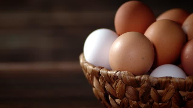 stockvideo's en b-roll-footage met de mand met rauwe eieren draait langzaam op tafel. - ei