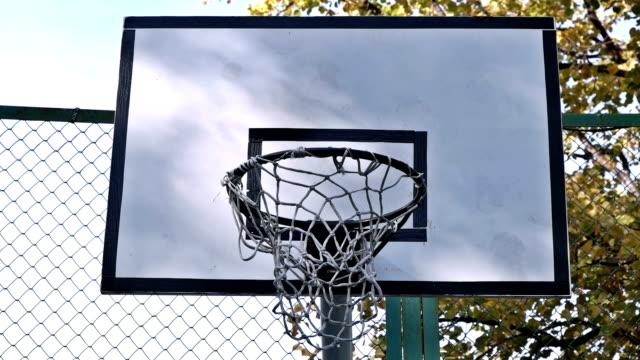 vídeos y material grabado en eventos de stock de el baloncesto entra en el exterior de la cesta - basketball hoop
