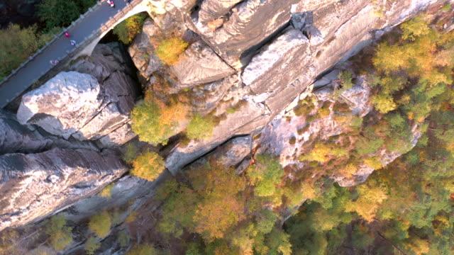bastei kaya oluşumu ve çok yüksek landmark g geçiş köprüsü - unesco stok videoları ve detay görüntü çekimi