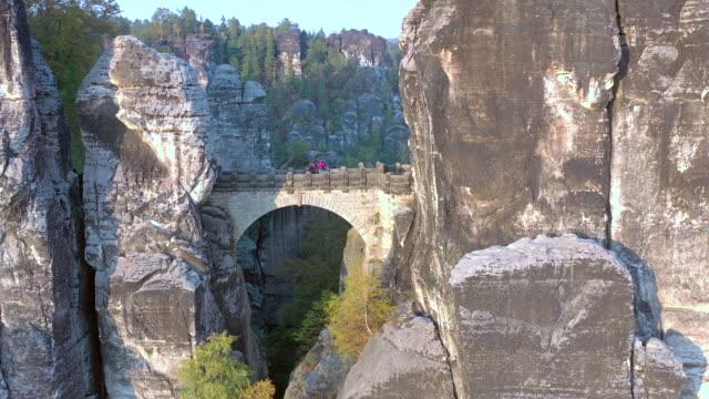 bastei kaya oluşumu ve kule rock landmark g geçiş köprüsü - unesco stok videoları ve detay görüntü çekimi