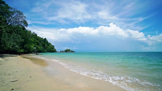 der strand von payam island, ranong thailand - moskitonetz stock-videos und b-roll-filmmaterial