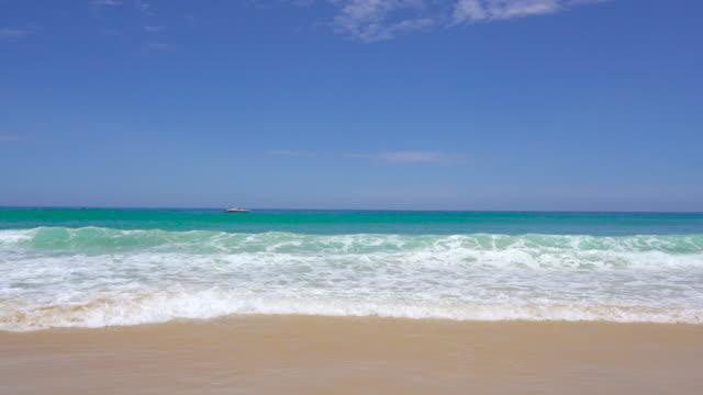 ビーチ、海、暑い季節の間に明るい日差しの中で日中。 - 水平線点の映像素材/bロール