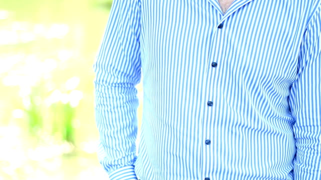vídeos de stock e filmes b-roll de the bearded guy in a shirt in the park - teeshirt template