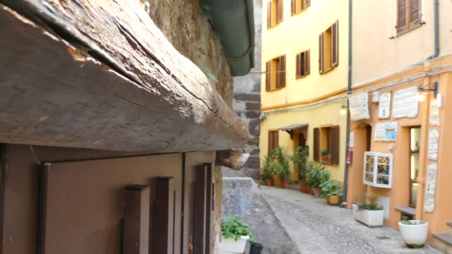 the beautiful alley of castelsardo old city - sardegna video stock e b–roll