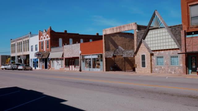 vídeos de stock e filmes b-roll de the beautiful city center of stroud - a small town in oklahoma - berma da estrada