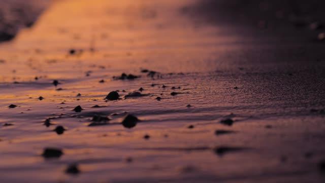 vídeos de stock, filmes e b-roll de a praia mediterrânea bonita de croatia com um por do sol dourado. - areia