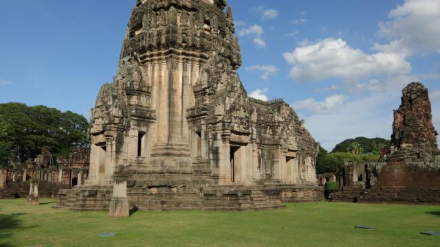 vídeos de stock, filmes e b-roll de a bela do parque histórico de phimai, tailândia - phimai