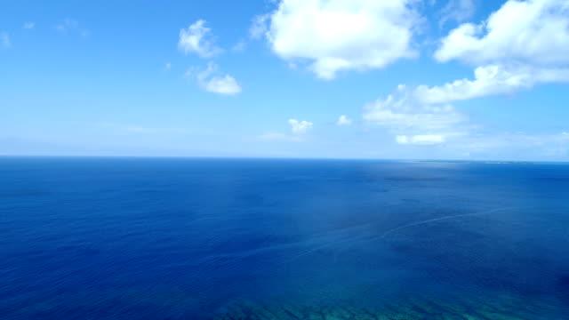 die wunderschöne seenlandschaft auf okinawa in japan - horizont über wasser stock-videos und b-roll-filmmaterial